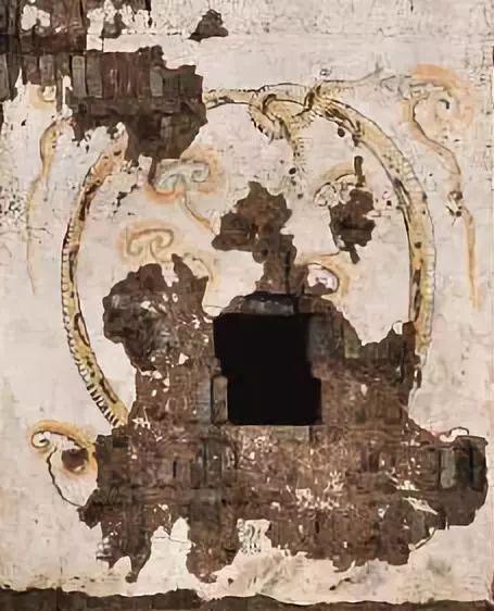 西安韩休墓的玄武图。盗墓贼怀疑壁画后有密室夹层而破坏。考古人员花费一年时间将千余块碎片修复,无法恢复的部分留有空白,没有做想象化的补笔。(修复前)