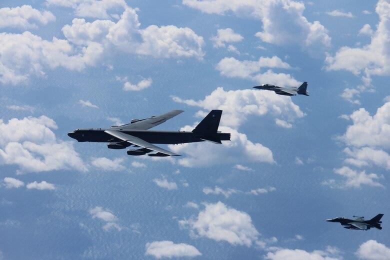 美国B-52H战略轰炸机前往东北亚与日本航空自卫队进行演习,这是美国提供核保护伞的具体体现之一。