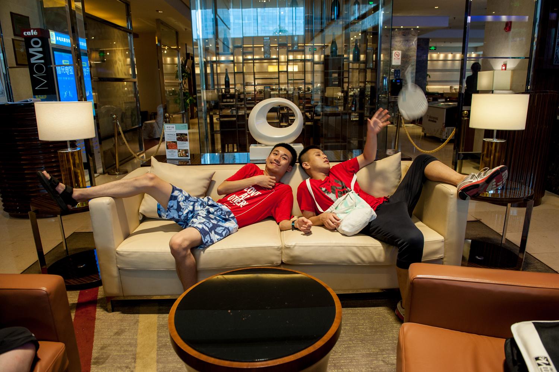 2020年6月,在酒店的大堂等候派房的小傅和玮玮。