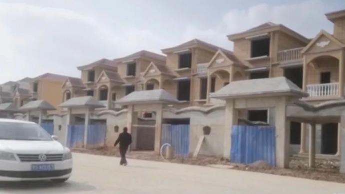 """央視曝光:耕地""""長""""別墅,基層土地主管部門當起房產銷售?"""