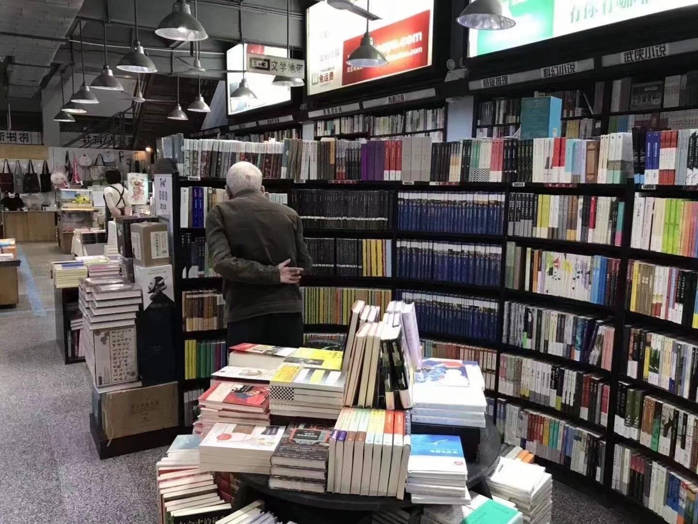 蔡鸿生先生在广州学而优书店,朱志龙摄。