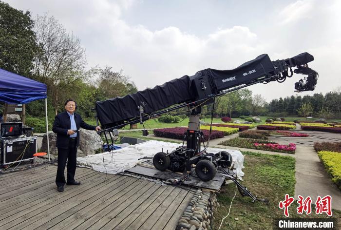 中国考古学会理事长王巍在三星堆考古新发现电视直播现场留影。