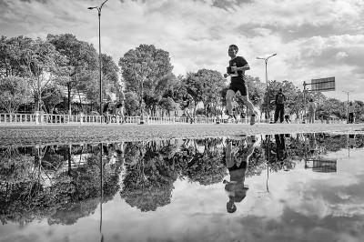 浙江温州,马拉松参赛者在场上奋力奔跑。苏巧将摄/光明图片