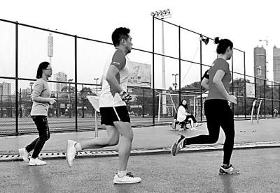 市民在江西省新余市渝水区城北体育馆运动场上跑步健身。廖海金摄/光明图片