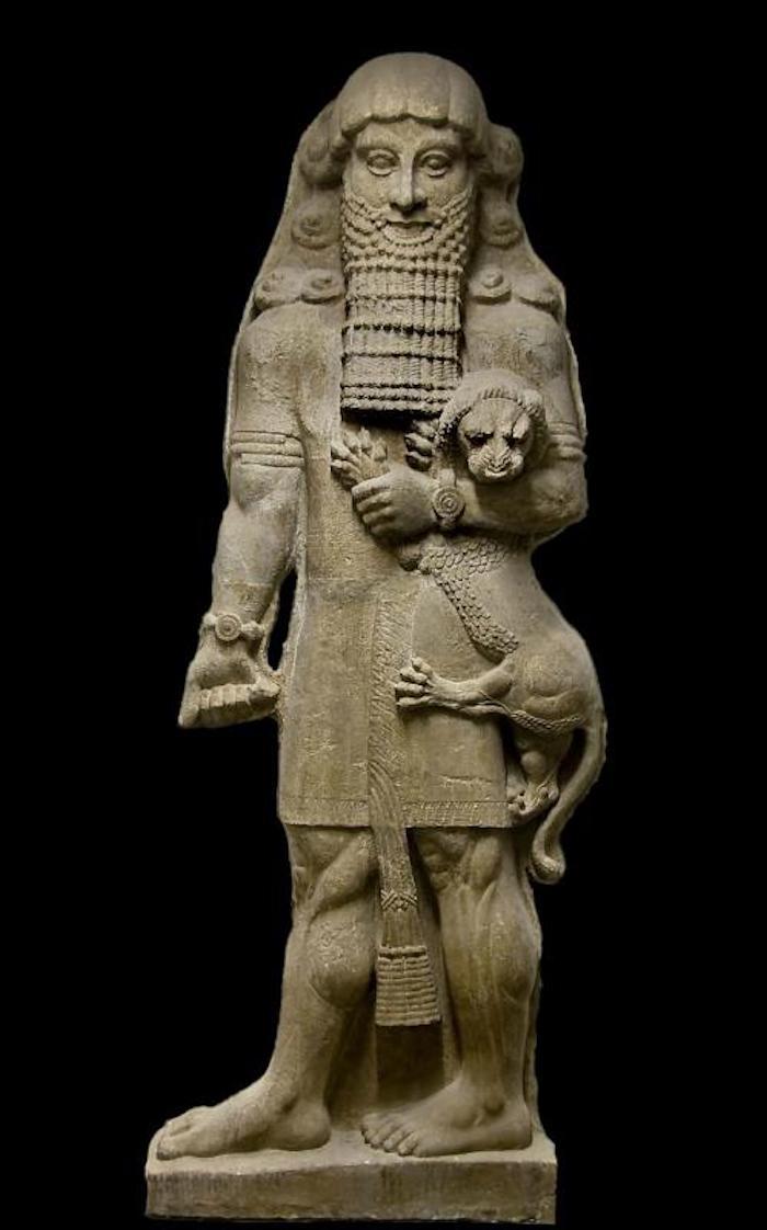"""霍尔萨巴德遗址(Khorsabad)出土的新亚述时期的英雄雕像,被广泛称为""""吉尔伽美什像"""",现藏于卢浮宫,馆藏编号AO19862。"""