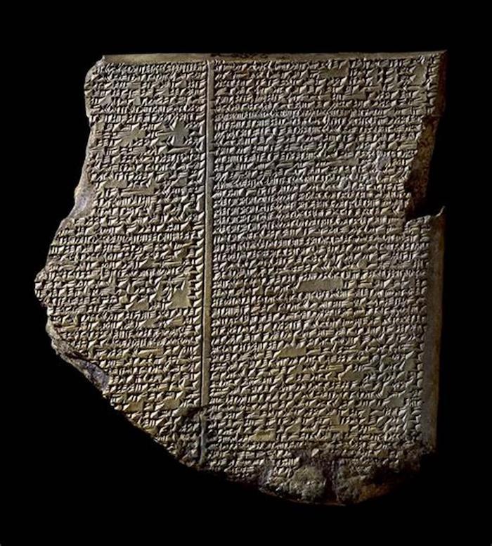 """标准巴比伦语版《吉尔伽美什史诗》的第十一块泥板,其中记录了大洪水的情节,因此也被称作""""洪水泥板""""。出土于库云基克遗址(Kouyunjik),现藏于大英博物馆,馆藏编号K3375。"""