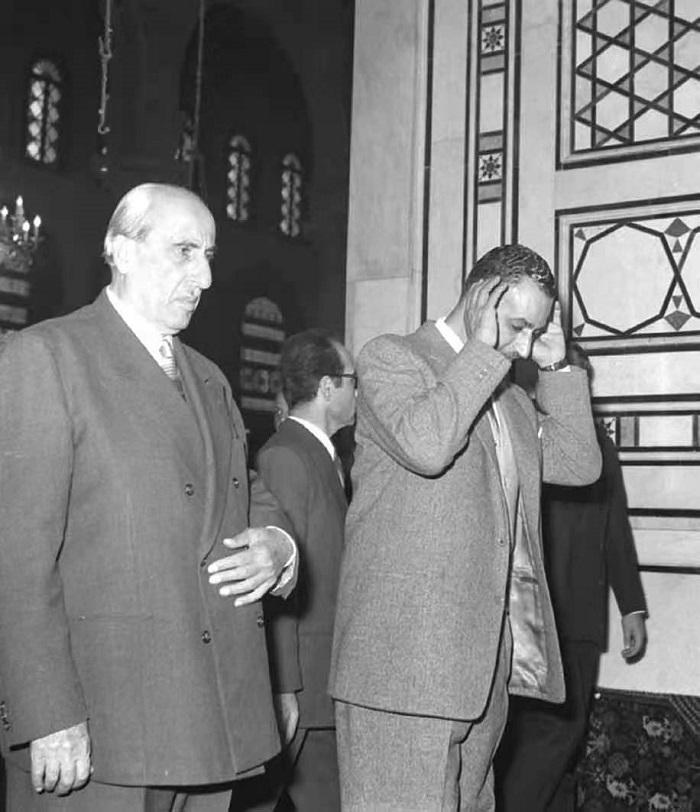 """图5,1961年2月,纳赛尔正在大马士革的伍麦叶(倭玛亚)清真寺做礼拜。纳赛尔推崇的萨拉丁正是埋葬于此。与美国作者渲染宗教战争的叙事不同,纳赛尔将12世纪对抗十字军的战争,解读为""""阿拉伯基督徒与他们的穆斯林兄弟团结一致,抗击殖民主义""""的民族战争。"""