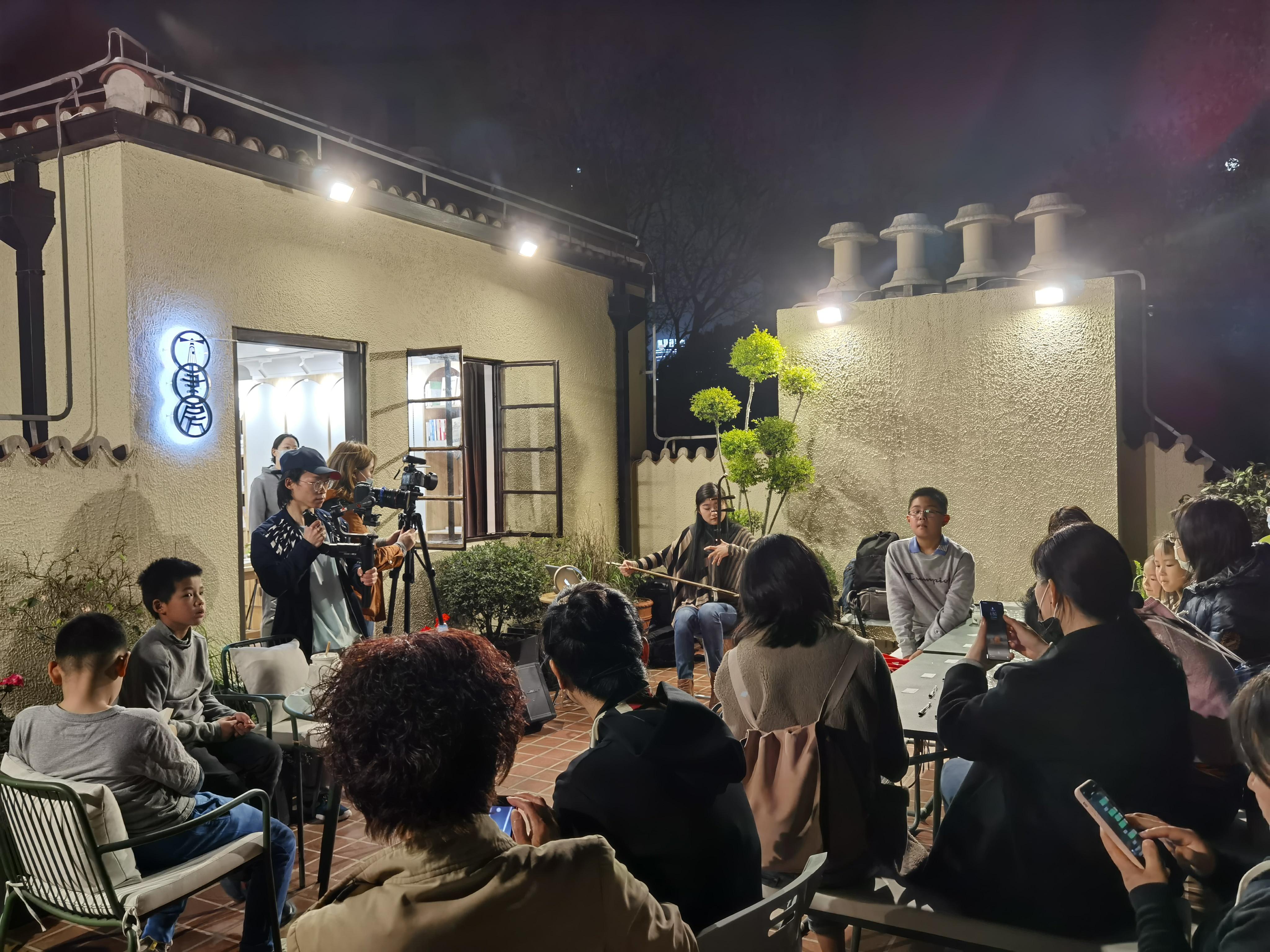"""在当晚的""""知识'烛一'点亮""""揭幕活动上,灯塔书房外的天台上坐满了市民读者。澎湃新闻记者杨宝宝图"""