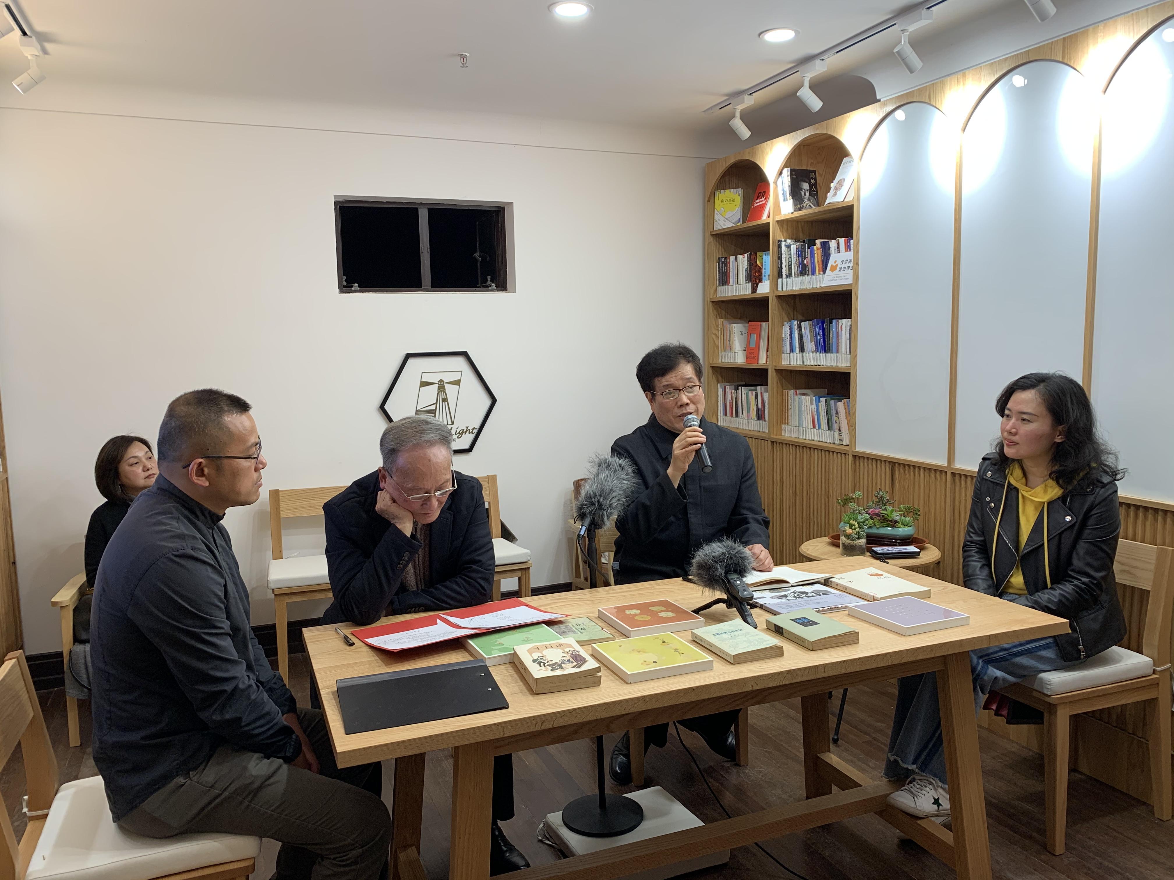 赵丽宏(右二)、童自荣(左二)在灯塔书房朗诵澎湃新闻记者程千千图
