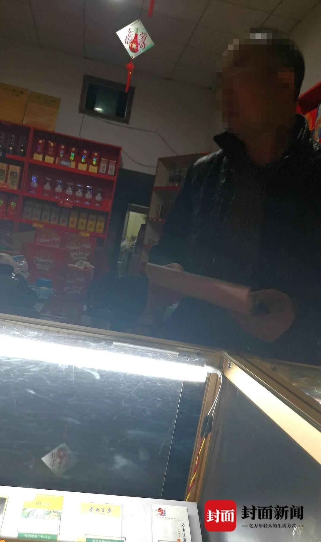 商家拿来登记本,记录购买打火机的顾客的信息。