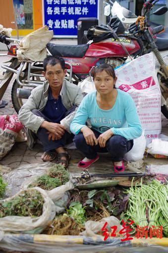 王加友和妻子包顶会。