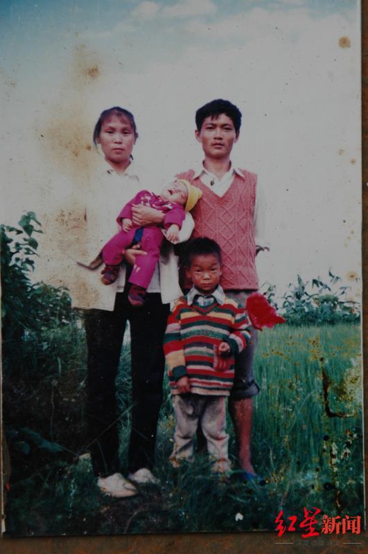 王凤凯婴儿时期与父母及哥哥的合照。