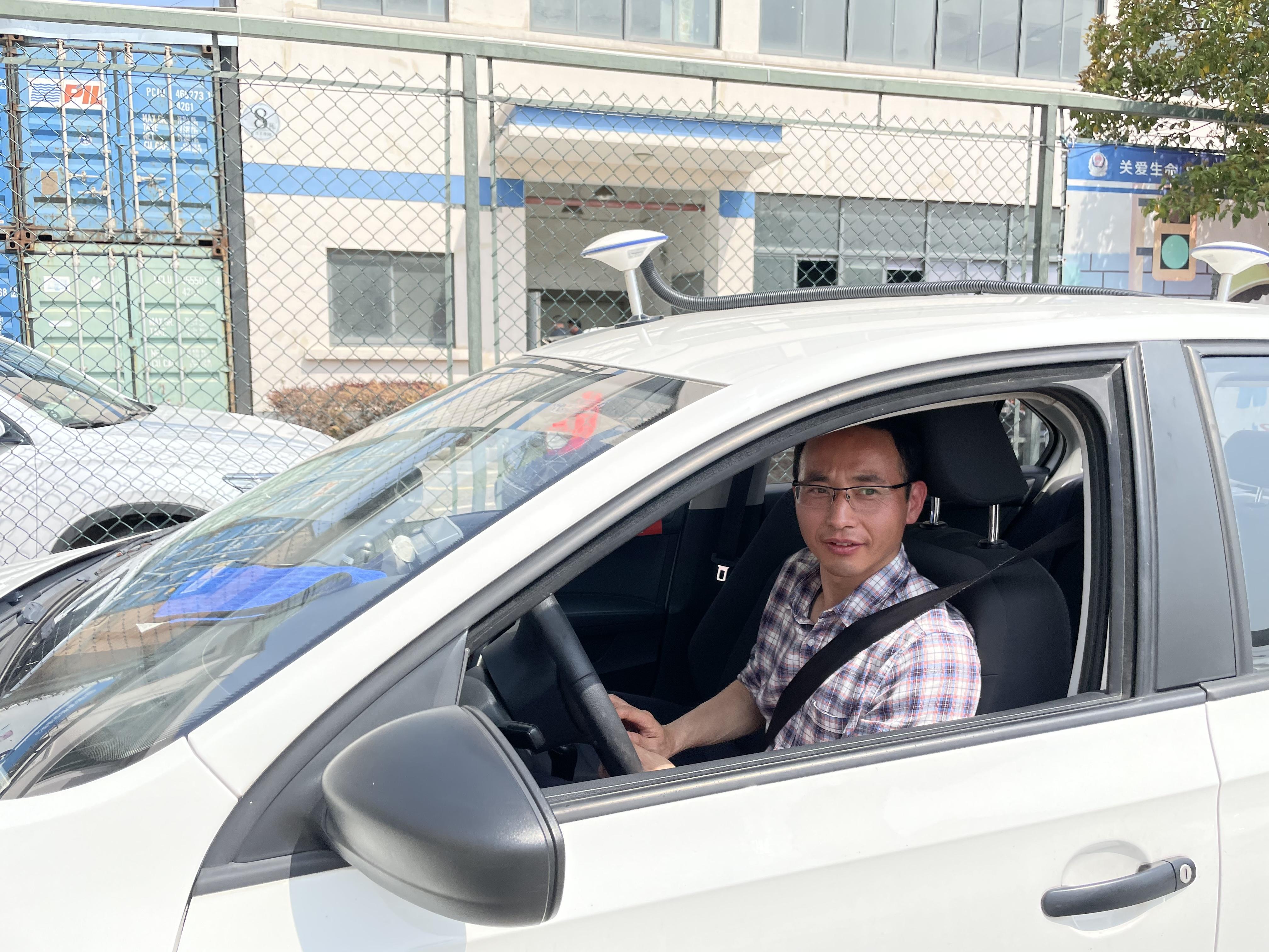 车顶则安装了高精度GPS定位仪,实时监测教练车位置。