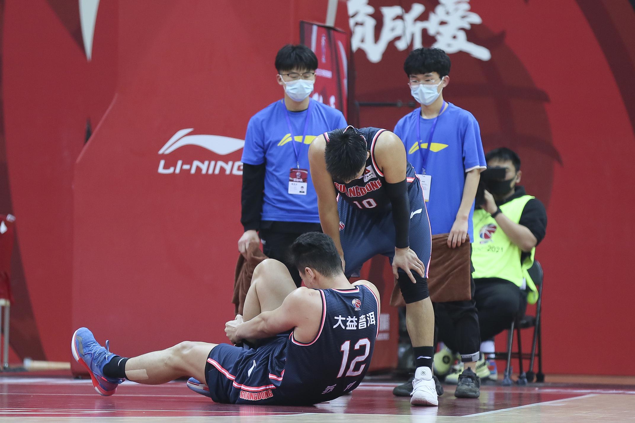 苏伟倒地受伤。