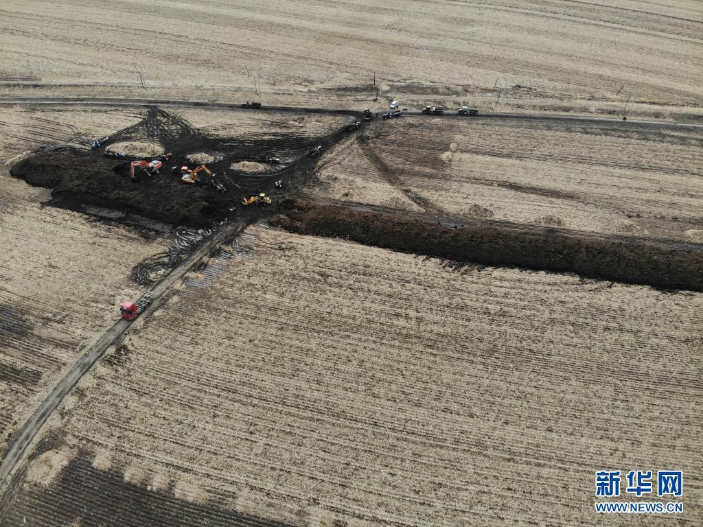 3月29日,在黑龙江省五常市沙河子镇福太村,工作人员在回填被盗挖的黑土(无人机照片)。新华社记者 马知遥 摄