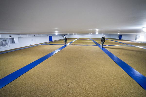 两名库管员在重庆市江津区储备粮有限公司一个粮仓内进行日常巡查。新华社 资料图