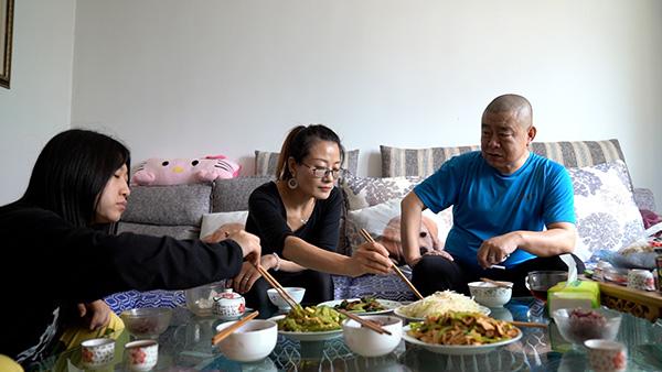 桂军民和外甥女(左一)、女朋友(左二)吃饭