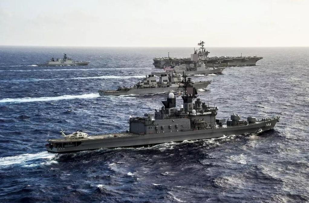 日本海上自卫队驱逐舰与美国航母战斗群举行联合演习。