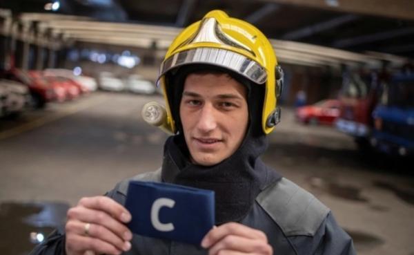 消防员武基切维奇捡走了C罗的袖标,并进行了慈善拍卖。