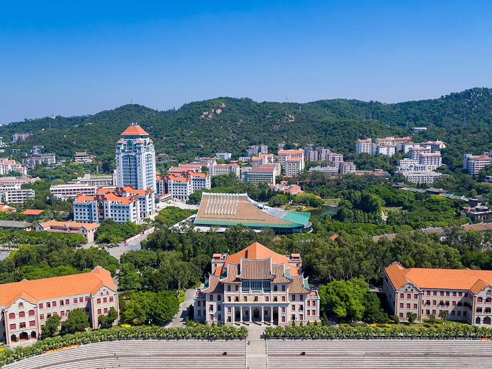 """厦门大学的校园风景优美,被称为""""中国最美大学""""。"""