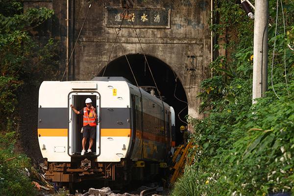 2021年4月3日,中国台湾,台湾列车脱轨事故现场,脱轨列车车厢依次被吊离隧道。澎湃影像 图