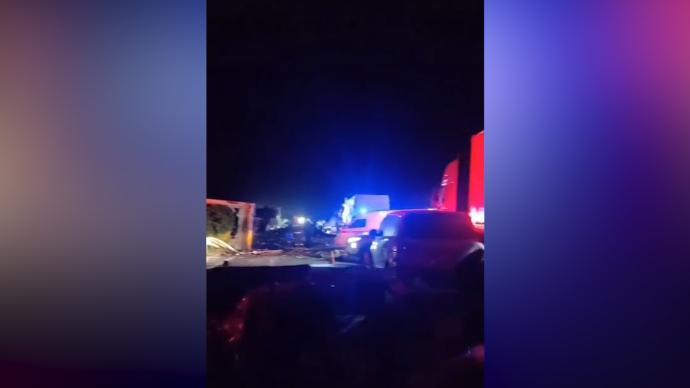沈海高速江苏段一货车冲过护栏撞大巴、后车追尾,11死19伤