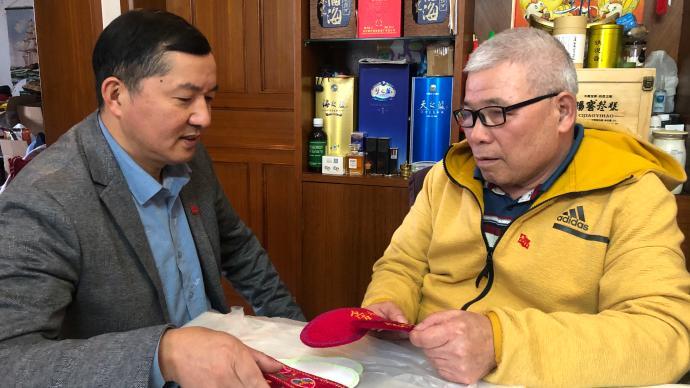 """未曾谋面的""""母子"""":上海一居民25年资助远在辽宁烈士母亲"""