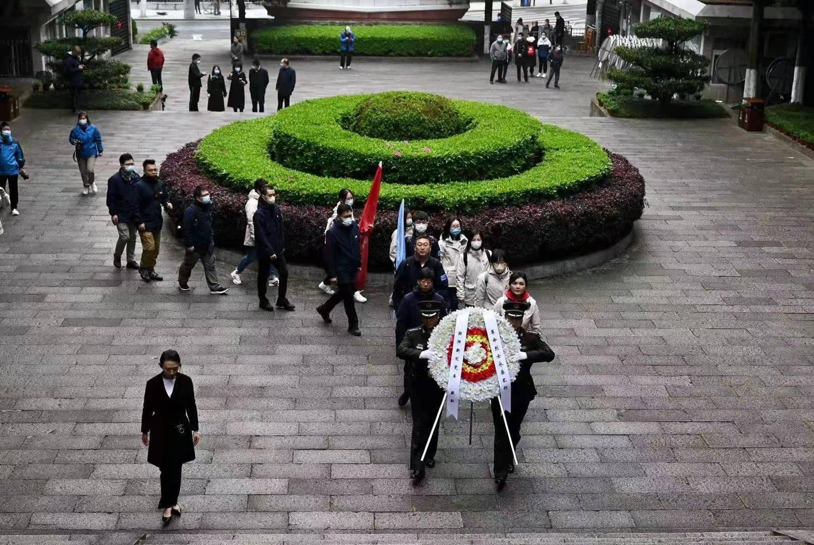 """澎湃新闻党委""""初心之路""""临时党支部成员在井冈山革命烈士陵园向革命先烈敬献花圈。"""