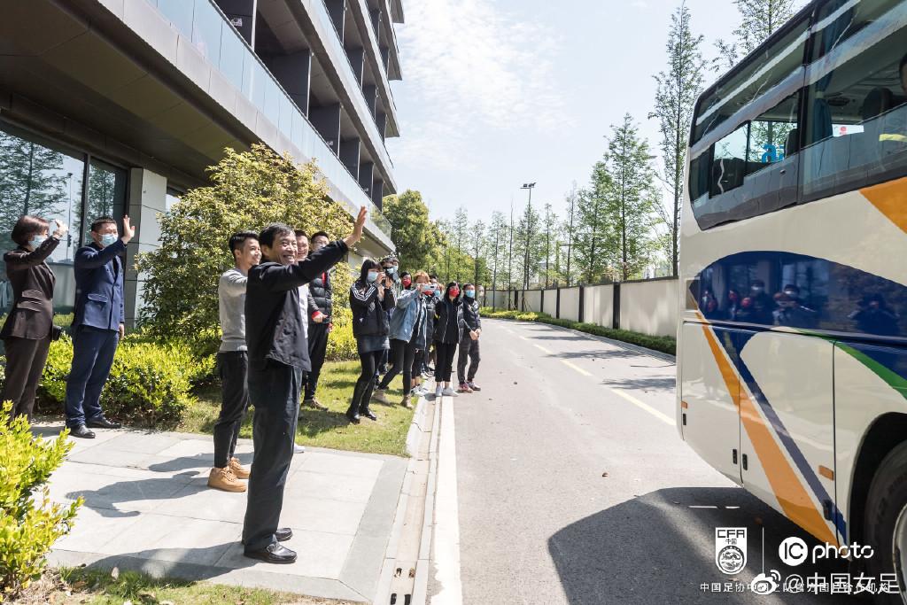 中国足协主席陈戌源为女足姑娘送行。