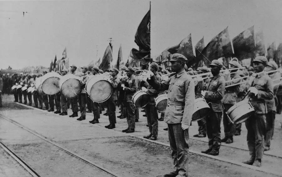 展览《艰巨历程》中摄影作品。 1949年10月1日下午3时,中国人民解放军军乐团在天安门广场第一次奏起国歌——《义勇军进行曲》。孟昭瑞 摄 图片来自网络