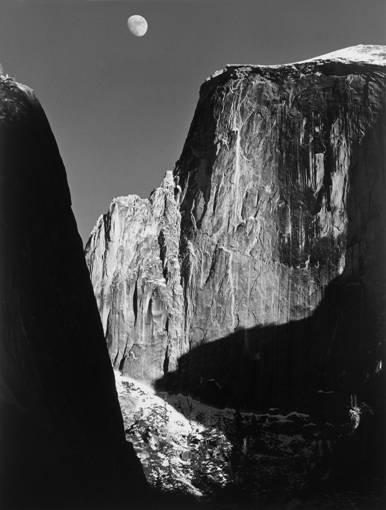 展览《原作100》中摄影收藏作品。 安塞尔·亚当斯,月亮和半圆山,明胶银盐照片图片来自网络