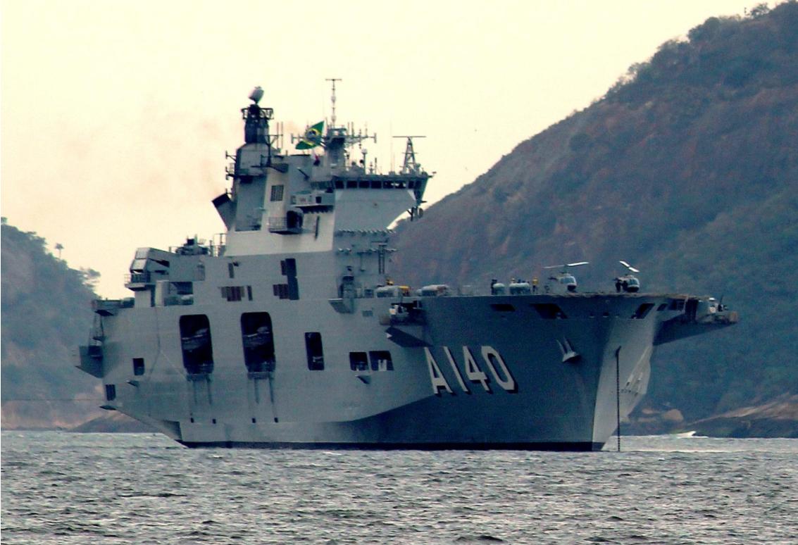 """出售可堪使用的两栖攻击舰、封存一些护卫舰、大幅减少F-35战机采购量……当实力无法支撑雄心时,为了维持全球行动能力,军费不足的英国只能用这些办法解决。图为英国出售给巴西的""""海洋""""号两栖攻击舰。"""