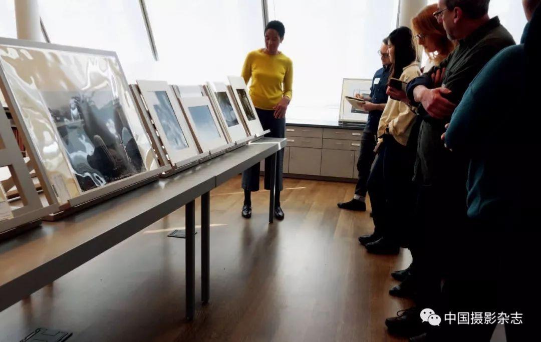 非正式照片展示会上,策展人贝斯特女士正在讲解。顾铮 摄 图片来自中国摄影杂志