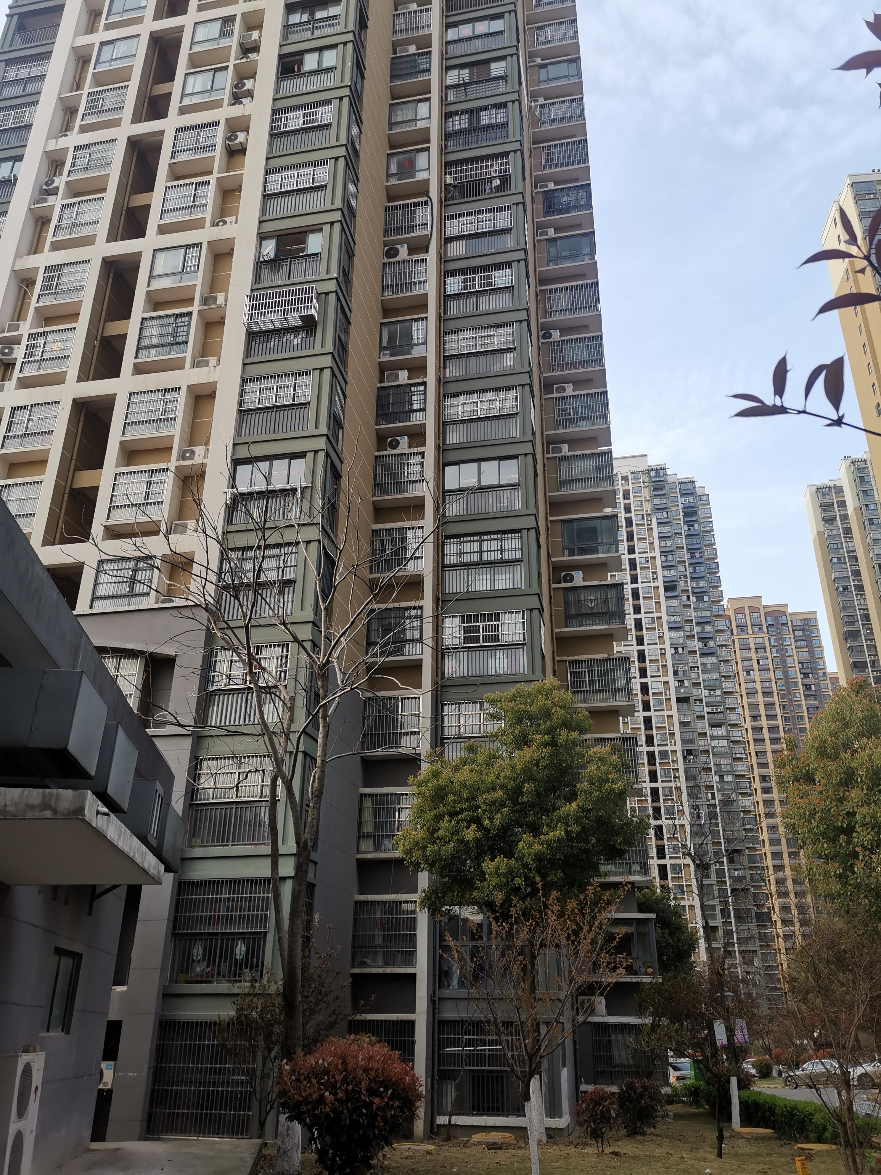 事发楼栋有33层高。