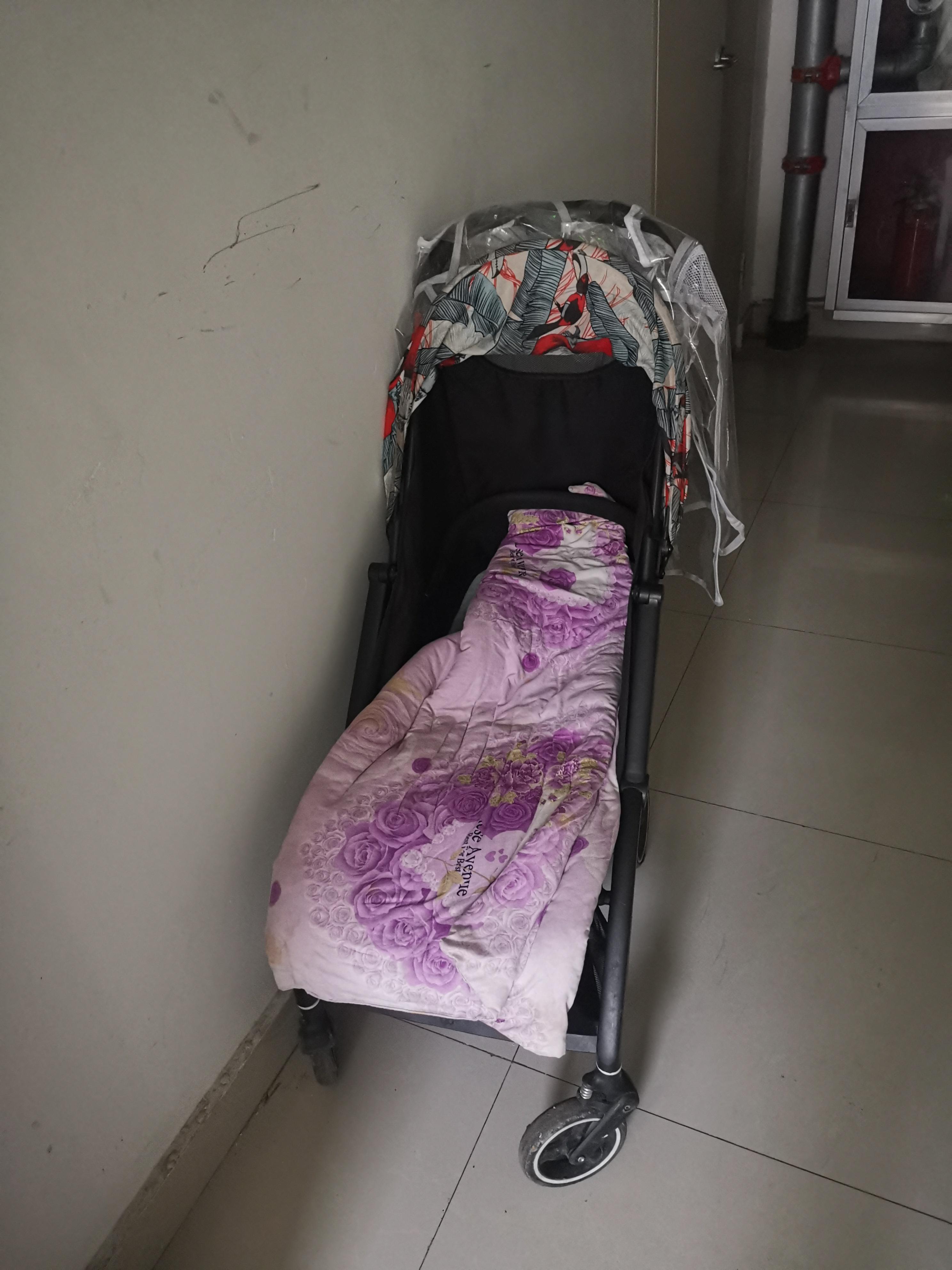 孩子们坐过的婴儿车孤零零停在楼道。