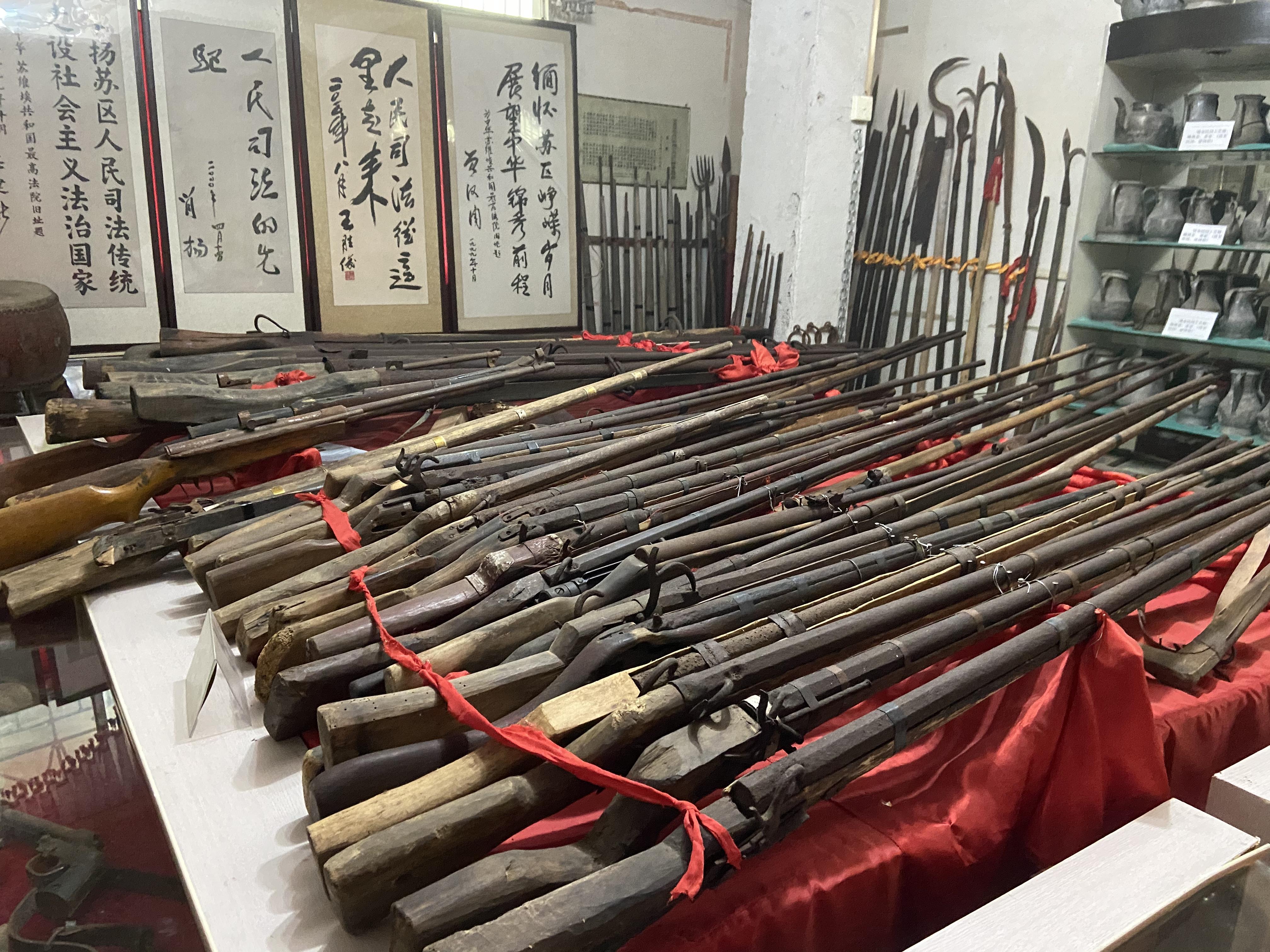 严帆收藏的部分红军使用过的土枪土炮。澎湃新闻记者 赵思维 摄
