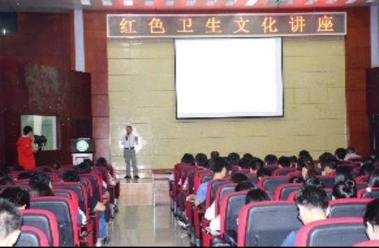 严帆到学校宣讲红色文化。受访者提供