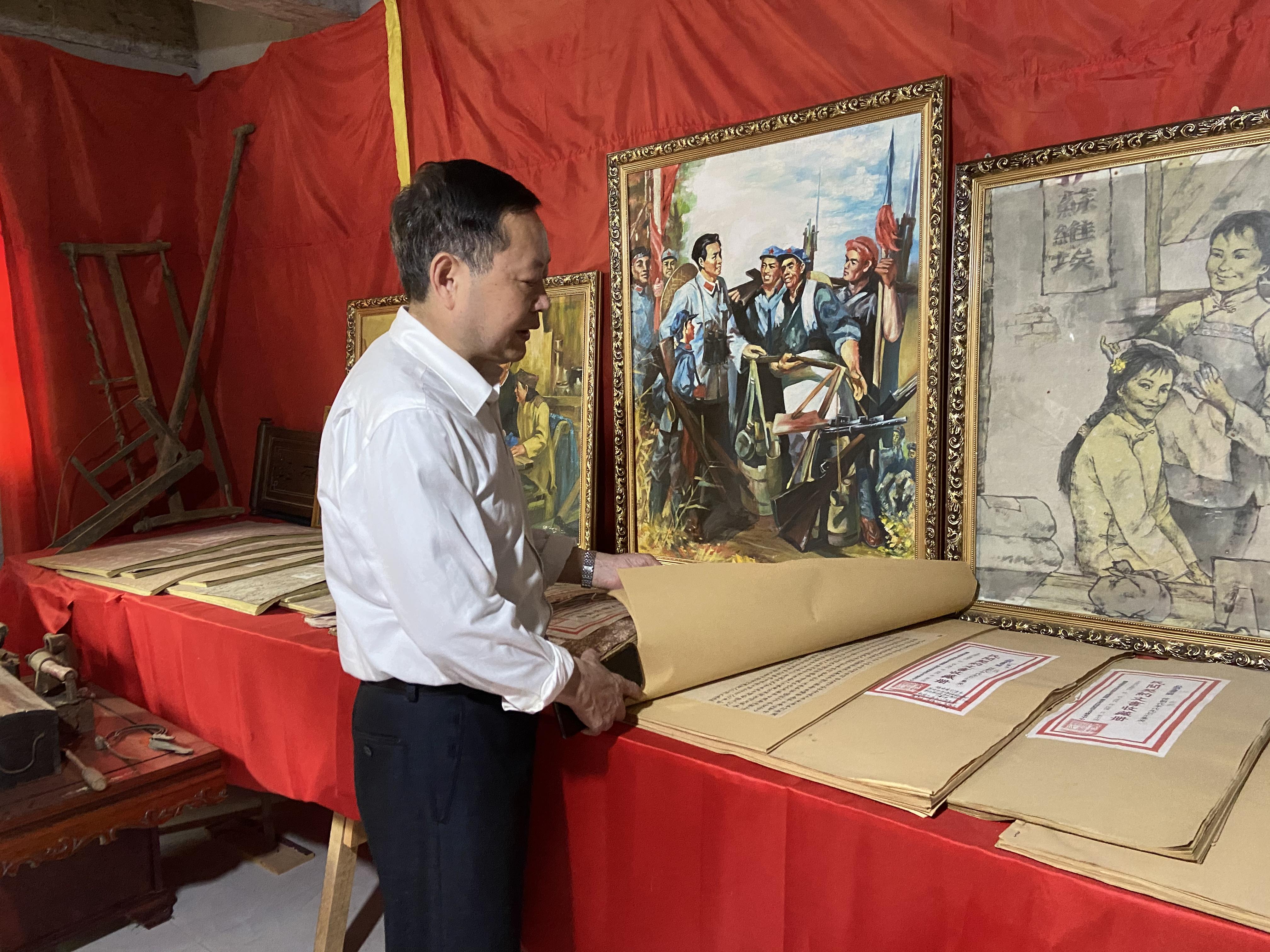 严帆和他收藏的部分反映客家人契约精神的资料。澎湃新闻记者 赵思维 摄