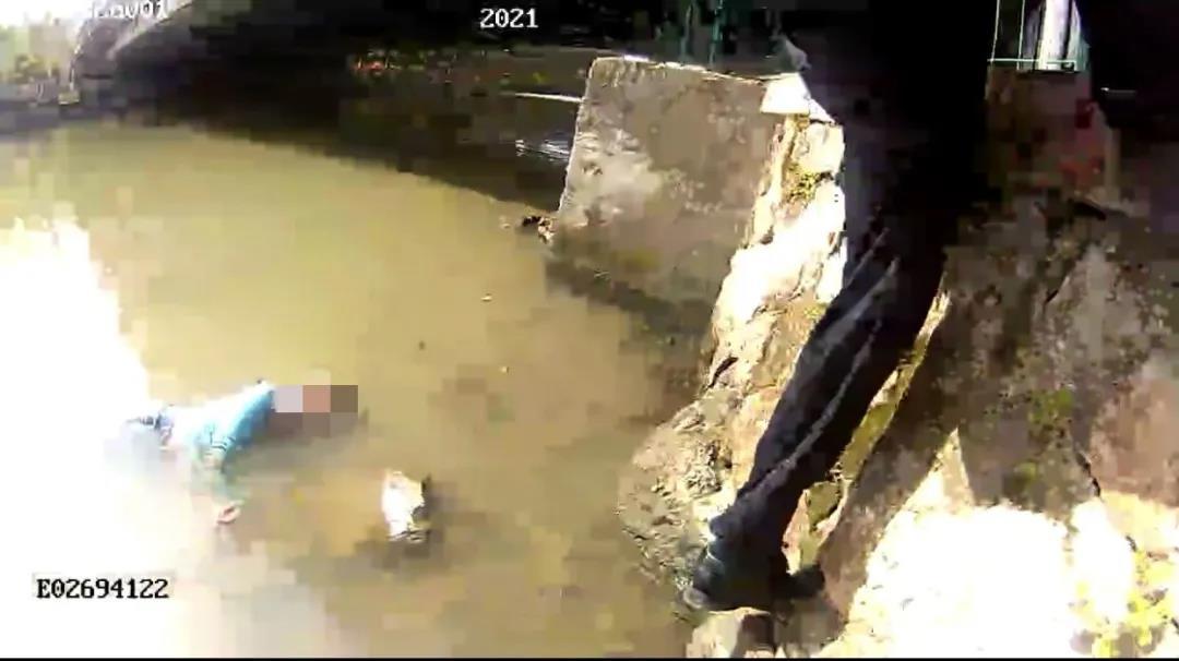 轻生女子在河面上漂浮着。图片来源:杭州市公安局下城区分局
