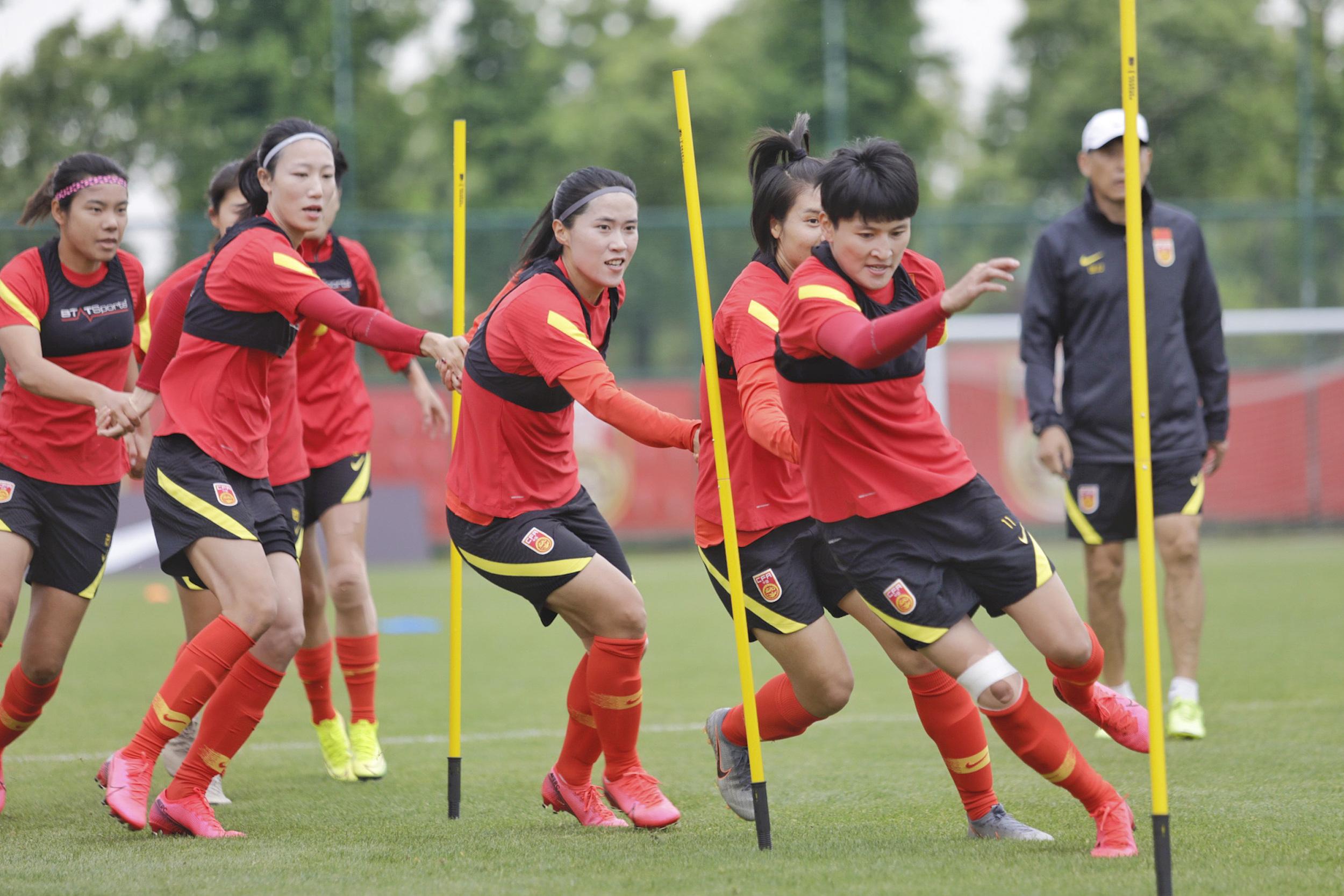女足姑娘们此前在训练中。
