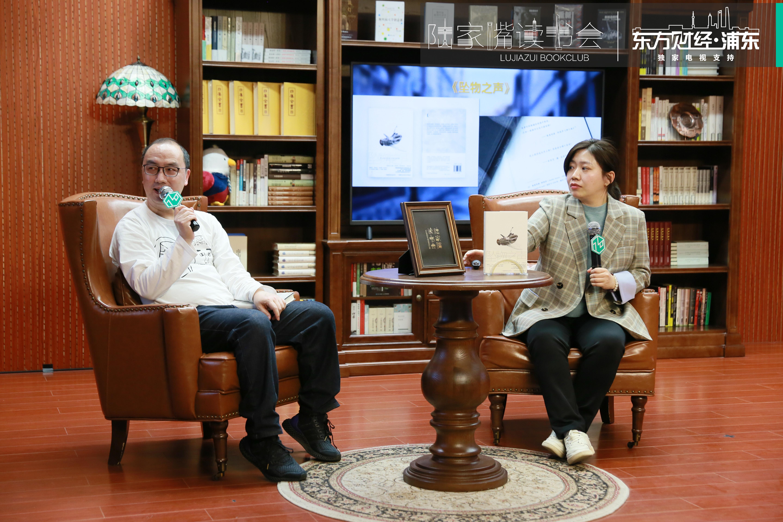 4月2日,《坠物之声》中文译者、南开大学西语系教师谷佳维与作家、译者btr(左)做客陆家嘴读书会,围绕《坠物之声》展开精彩对谈。