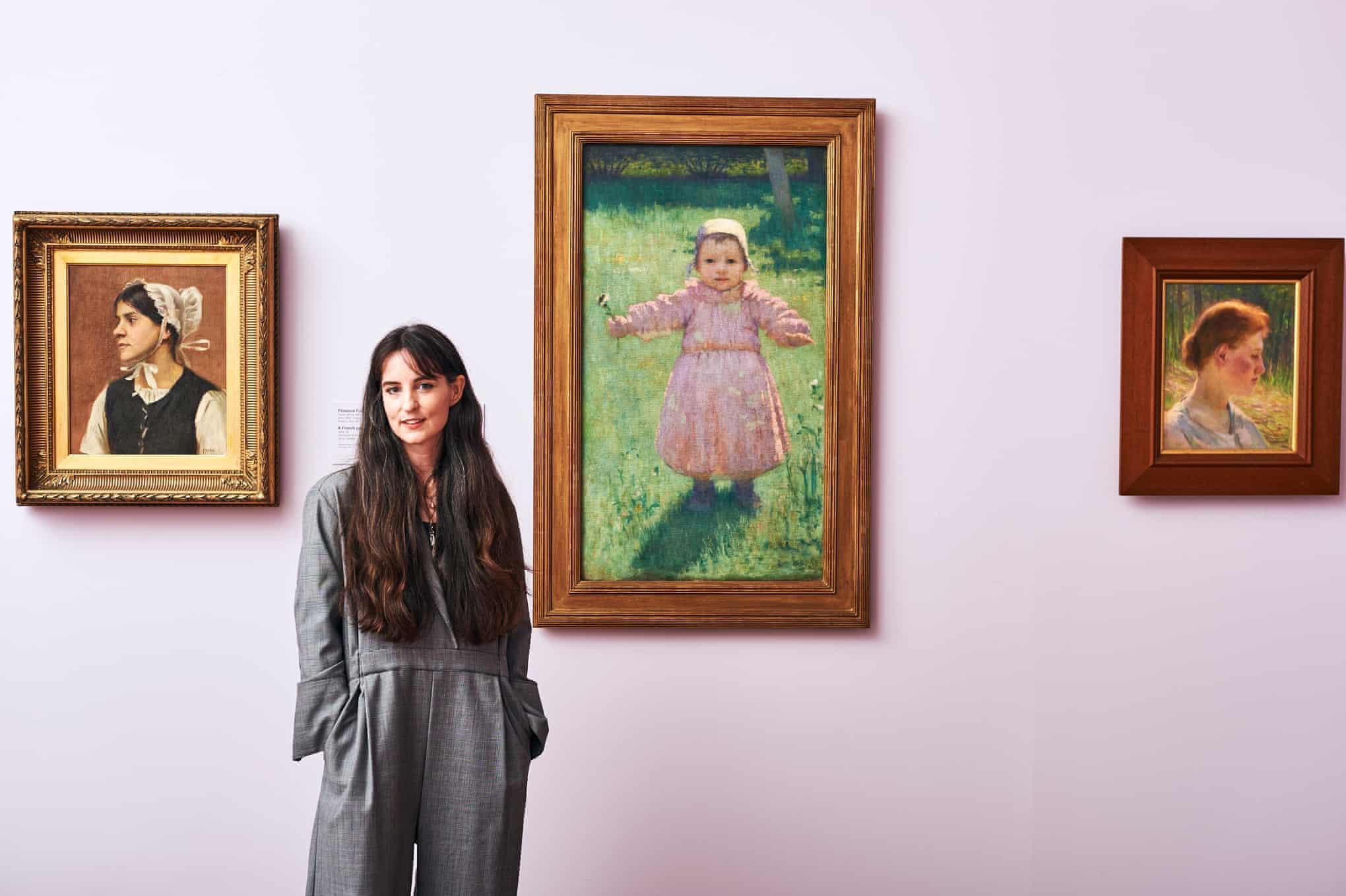 展览策展人安吉拉·赫森在作品前