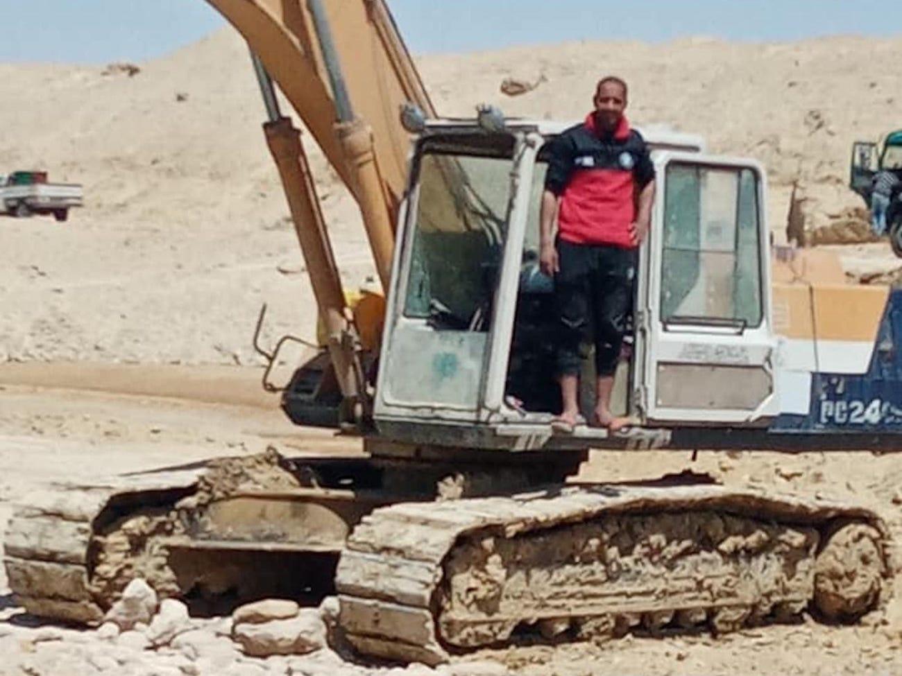 阿卜杜勒-加瓦德3月29日站在挖掘机上