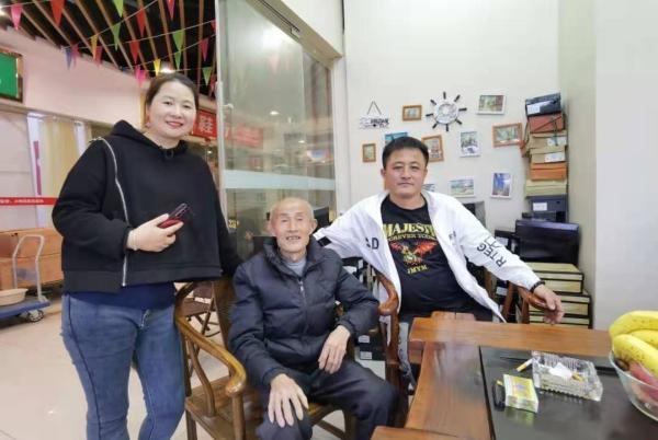 胡军来夫妇将已将父亲接到温州一起生活。受访者供图