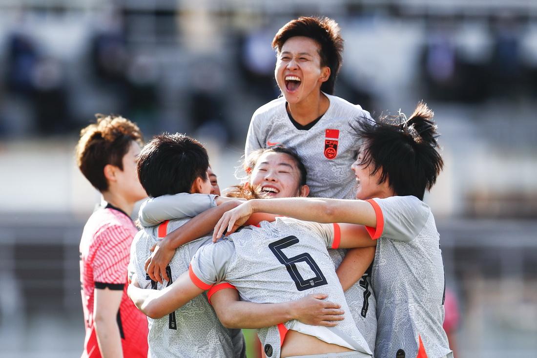 比赛第31分钟,上海姑娘张馨门前垫射破门,中国女足1-0领先。中国女足队员庆祝张馨(6号)进球。