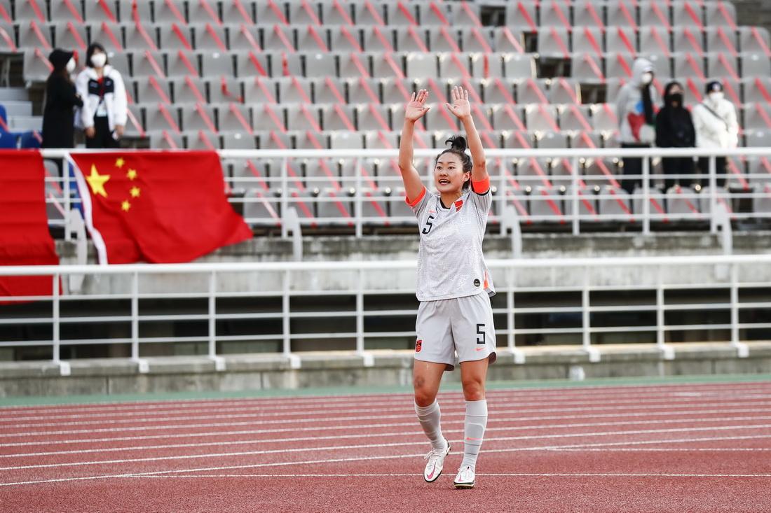 中国女足队队长吴海燕赛后谢场