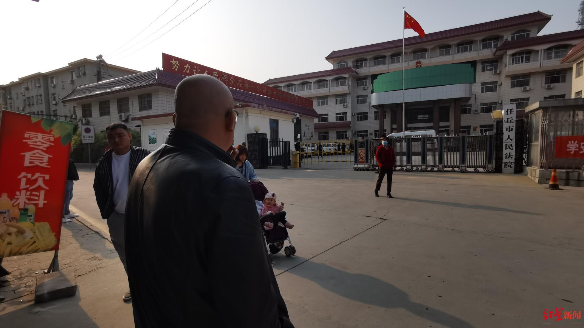 开庭前赵先生在法院门口等候 红星新闻 图