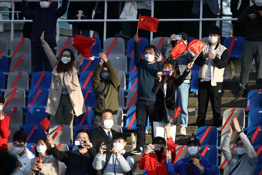 中国女足球迷在看台上为女足加油鼓劲。