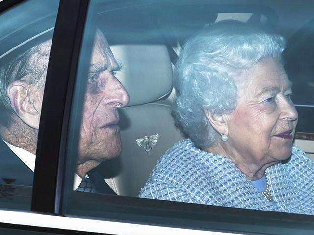 2017年5月4日,伦敦,英国女王伊丽莎白二世与丈夫菲利普亲王乘车返回白金汉宫。当日,英国白金汉宫发布声明称,英国女王伊丽莎白二世的丈夫菲利普亲王将从今年秋季起不再履行王室公务。 新华社 发