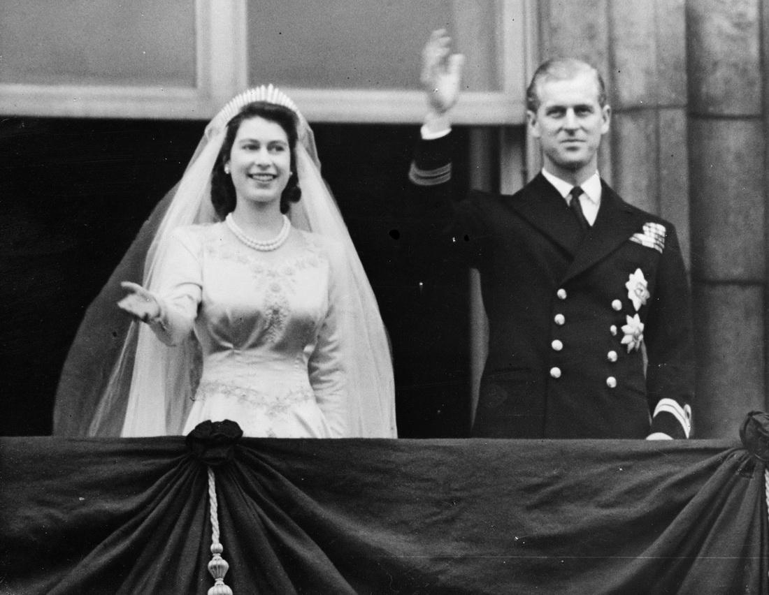 """当地时间1947年11月20日,伊丽莎白和菲利普在威斯敏斯特大教堂结婚。数年之后,菲利普成了""""女王身后的男人""""。"""